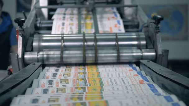 Tisk novinových novin na typografické lince, automatická výroba.