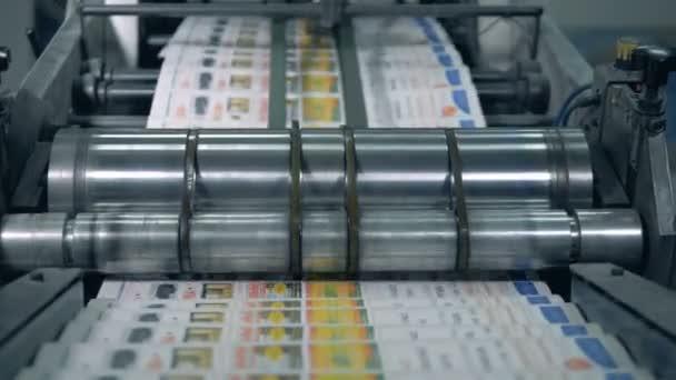 Typografický dopravník přesunuje noviny v tiskové kanceláři.