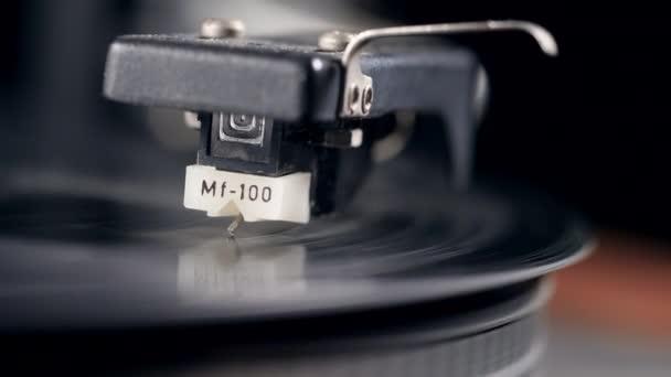 Schallplatte spielt mit Nadel drauf