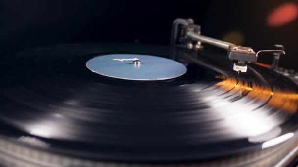 Start des Plattenspielers mit einer Schallplatte