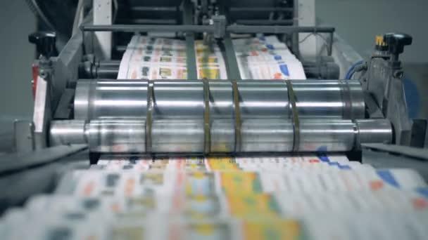 Tisk novin v typografii. Transportér přelokuje přeložené noviny