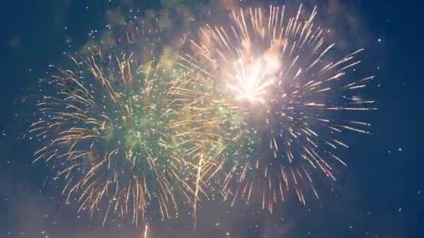 Dunkelheit wird mit buntem Feuerwerk erhellt