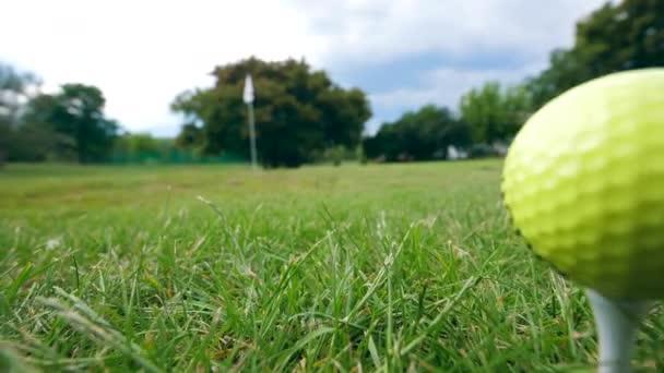 Golfový míč uprostřed trávníku