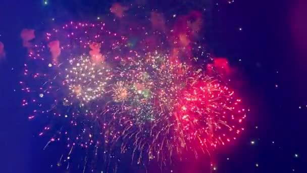 Farbenfrohes Feuerwerk mitten am Himmel