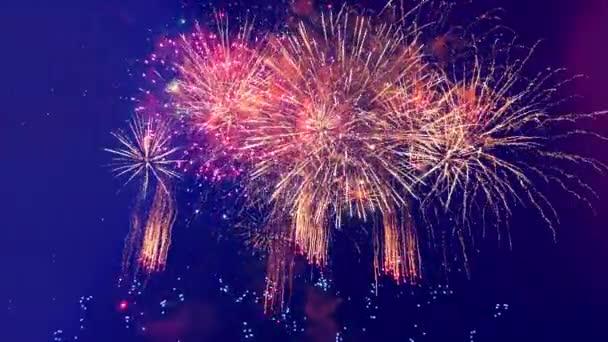 der dunkle Himmel mit leuchtendem Feuerwerk