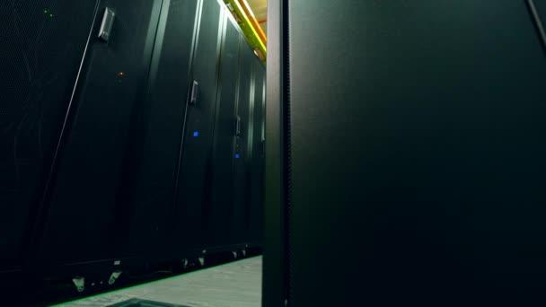 Serverraum mit schwarzen Einheiten in Reihen