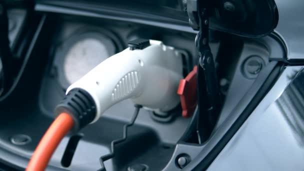 Vypouštěcí hubice vložena do zdířky pro automobily