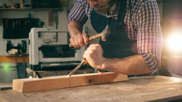 Mužský tesař používá nástroje při práci se dřevem.