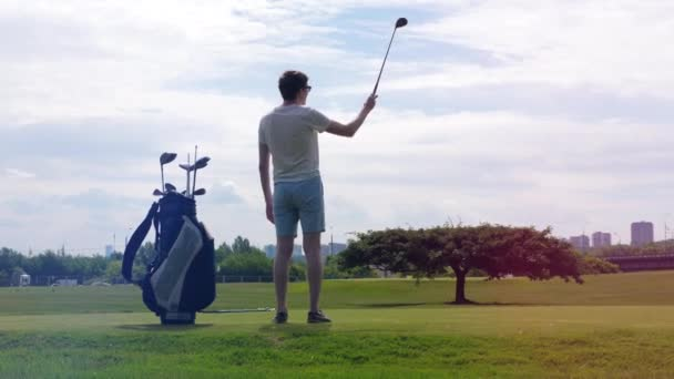 Člověk se už chystal hrát golf