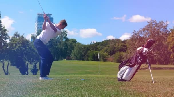 Mužský hráč bije do golfového míče silou