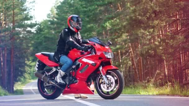 Červený motocykl s jezdcem