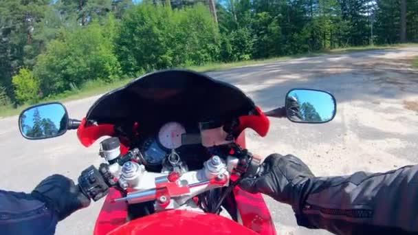 Pohled první osoby na poháněné motorce