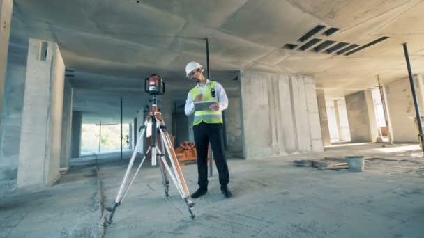 Builder használ speciális berendezések egy építkezésen, közelről.