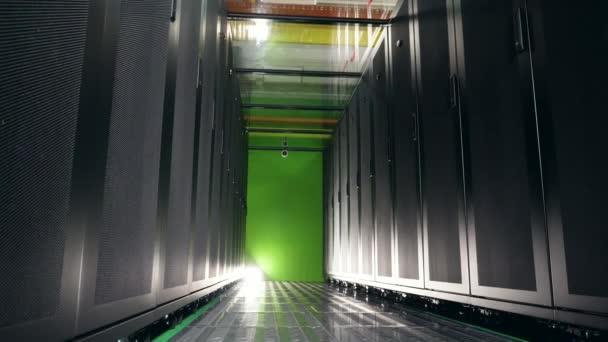 Serverblöcke, die sich im dunklen leeren Raum befinden. Server im Rechenzentrum.