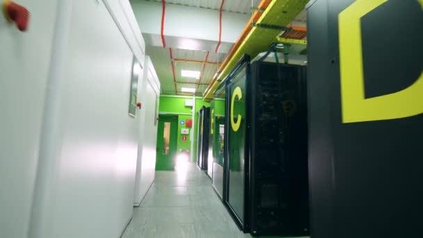 Halle der Servereinheit mit Serverblöcken
