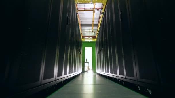 Leerraum zwischen zwei Serverreihen. Rechenzentrum, Datensicherheit, Datenptotektion, Datenmagement, Datenspeicherung, Serverraum.