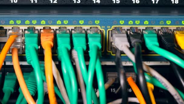 nummerierte Steckplätze mit einem Netzwerk mehrfarbiger Kabel