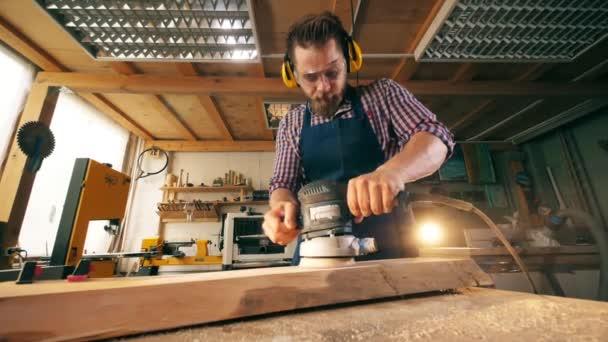 Carpenter používá lešticí stroj na zpracování dřeva