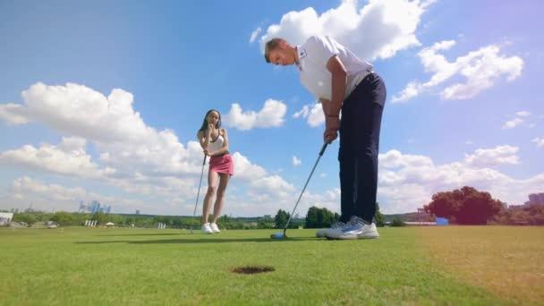Lidé v létě hrají Golf v kurzu. Golfisté hrají Golf, koncept sportovního životního stylu.