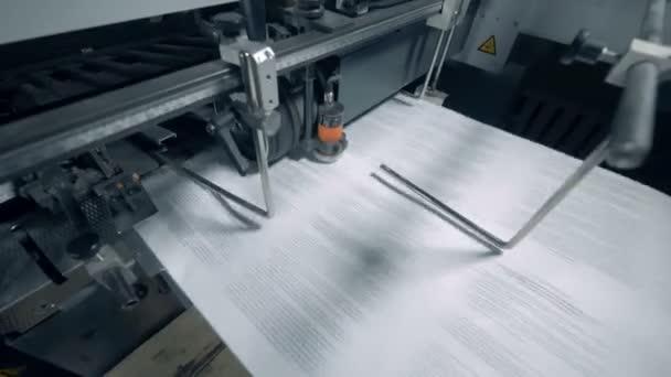 Typografický dopravník pracuje s tištěným papírem a textem.