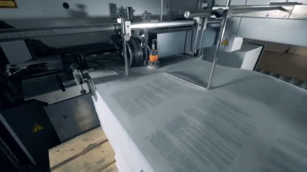 Mnoho bílých stránek pohybujících se v typografické čáře.