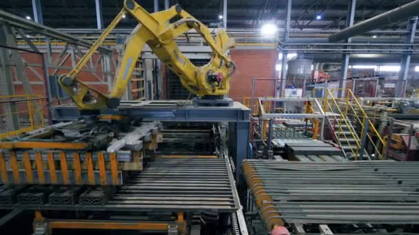 Moderní průmyslová továrna. Keramické výrobky se přepravují rychlým pohybem