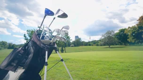 Kovové golfové hole na golfovém hřišti.