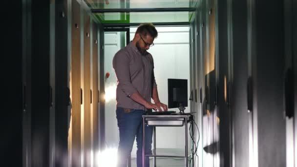 Servereinheit mit einem IT-Spezialisten, der einen Computer betreibt
