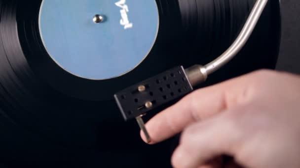 Metallnadel zerkratzt Schallplatte, während ein Musikspieler arbeitet.