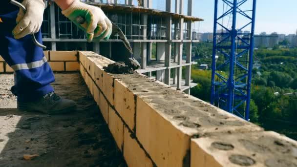 Friss beton kezd fektetni rá a tégla