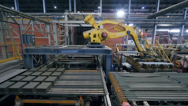 Moderní tovární průmyslové zařízení přenáší série cihel