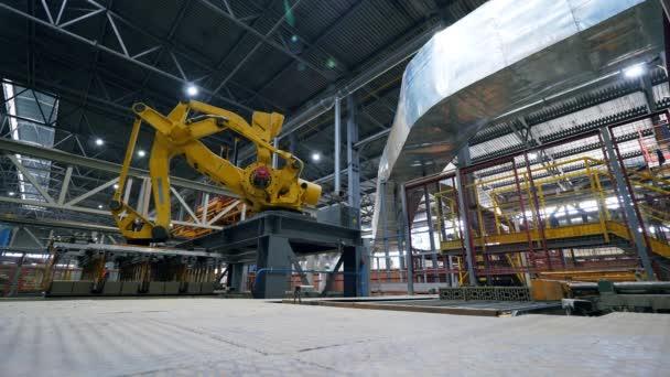 Zpracování cihel, které provádí výrobní stroj