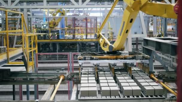 Pracovní stroj si bere a vytlaèuje cihlové bloky