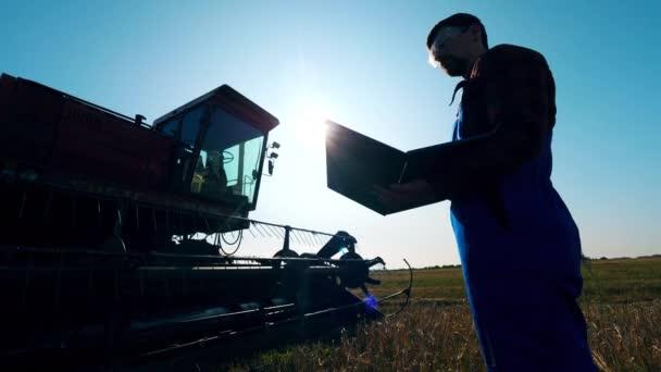Kombinovat s agrotechnikem, který stojí nedaleko něj