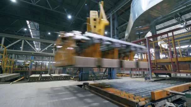 Automatizované stroje přesunuje cihly na pracovním dopravníku.