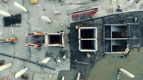 Blick von oben auf eine im Bau befindliche Betonplattform