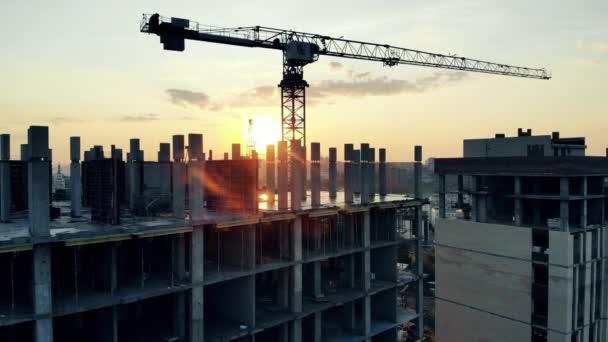 Sonnenuntergang Baustelle mit einem mehrstöckigen Haus und einem Kran