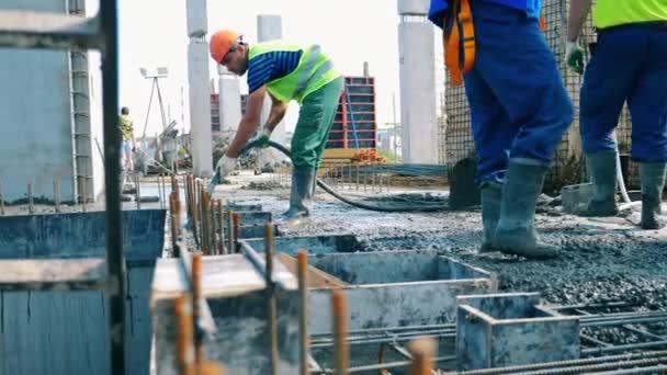 Bauarbeiter arbeiten auf Baustelle mit Beton.