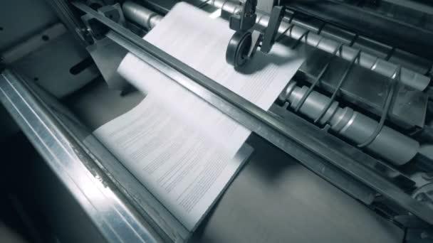 Papírové stránky s textem jsou vydávány mechanicky. Zařízení tiskárny.
