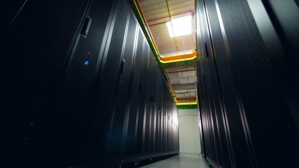 viele Racks mit funktionierenden Computern im Rechenzentrum.
