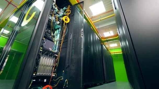 Počítač s dráty v serverovně.