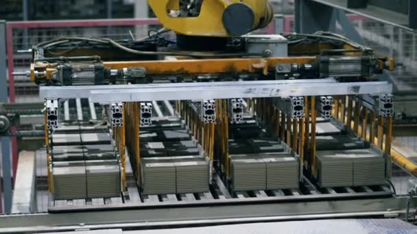 Tovární průmyslové stroje pracují s cihlami, přesouvají je.