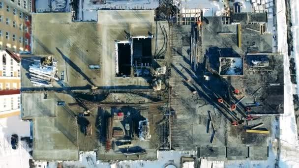 Letecký pohled na nedokončenou stavbu na staveništi.