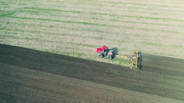 Stroj jezdí na poli, zaseje semena.
