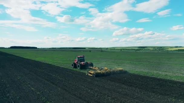 Pohled na pracovní traktor, pole výsevu.