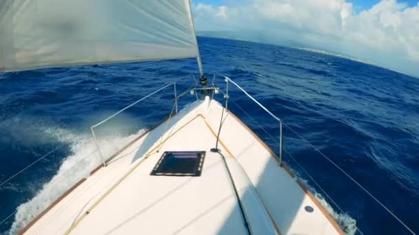 Velká loď pluje v oceánu během dovolené.