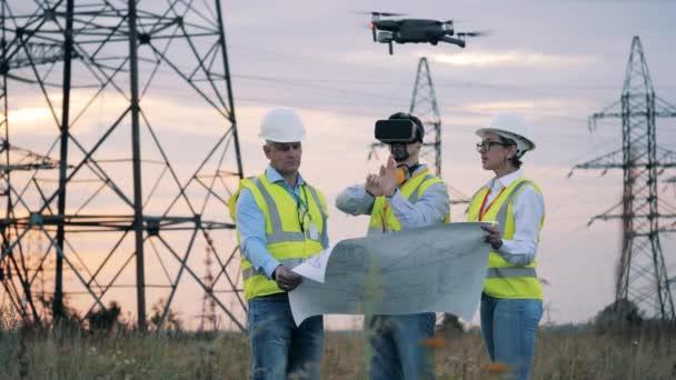Elektrikáři sledují projekt pomocí VR brýlí. Úspora energie, koncepce energetické účinnosti.