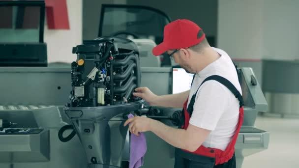 A vitorlásolajat egy férfi mérnök ellenőrzi.