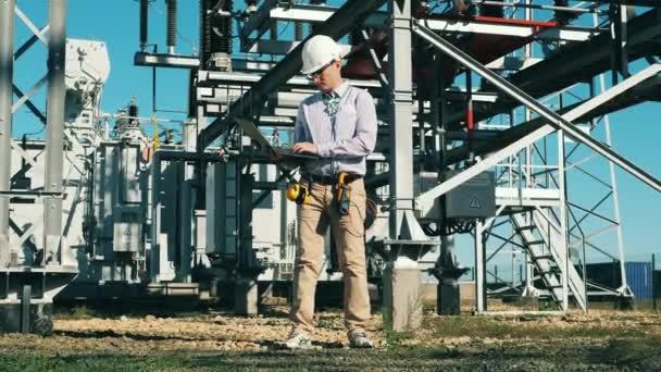 Obnovitelná energie, solární elektrárna, koncept zelené elektřiny. Venkovní elektrárna je kontrolována technikem.
