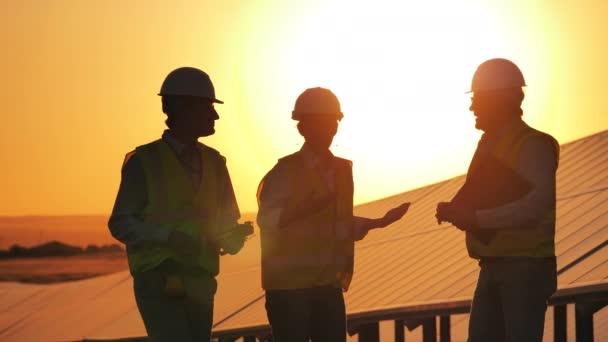 Energetici mluví v zapadajícím slunci
